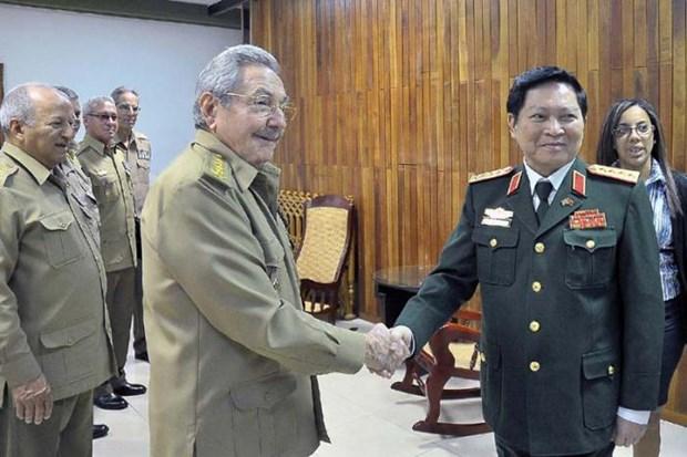 Recibe presidente cubano al ministro de Defensa de Vietnam hinh anh 1