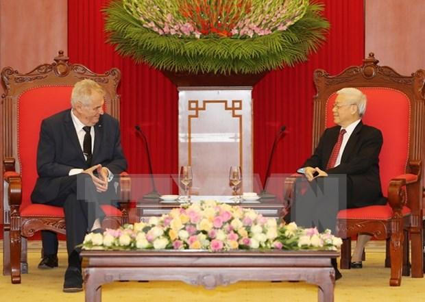 Lideres vietnamitas reciben a presidente de Republica Checa hinh anh 1