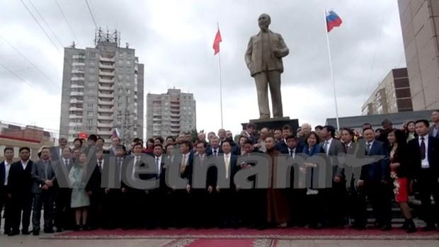 Develan estatua de Presidente Ho Chi Minh en Ulianovsk, tierra natal de Lenin hinh anh 1