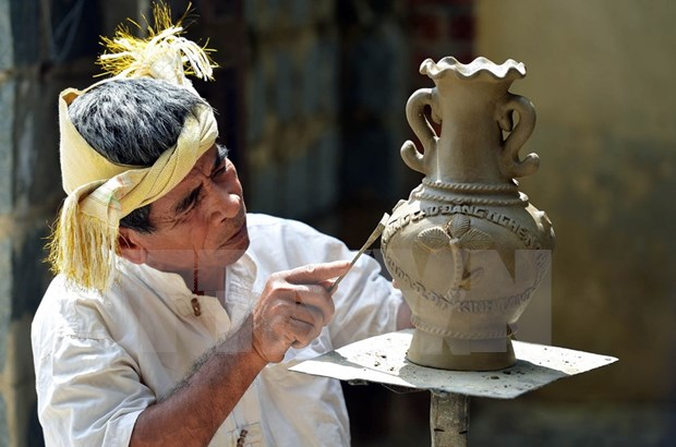 Exhiben productos de ceramica y brocado del pueblo Cham hinh anh 1