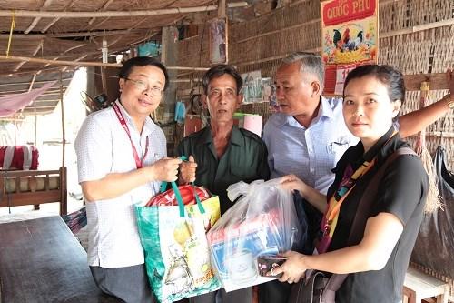 Entregan regalos a pobladores vietnamitas desfavorecidos en zonas remotas hinh anh 1