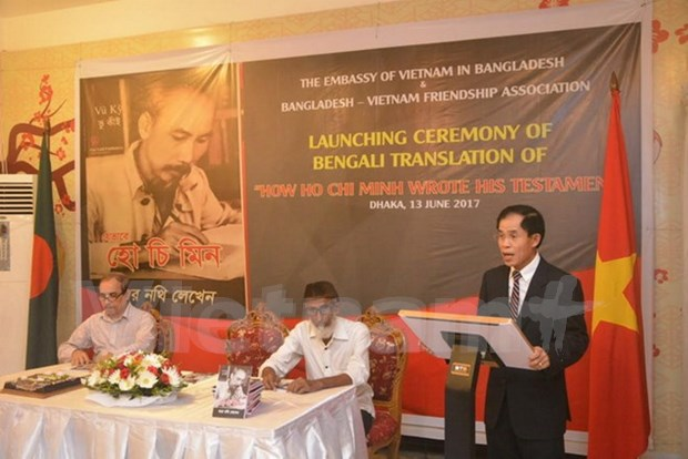 Presentan en Dacca edicion en bengali de libro sobre Ho Chi Minh hinh anh 1