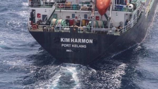Seis personas desaparecidas en naufragio de barco petrolero en aguas de Malasia hinh anh 1