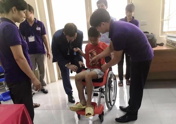 Embajada de Israel dona sillas de ruedas a ninos discapacitados en Vietnam hinh anh 1
