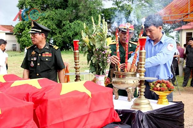 Repatrian restos de combatientes vietnamitas caidos en Camboya hinh anh 1