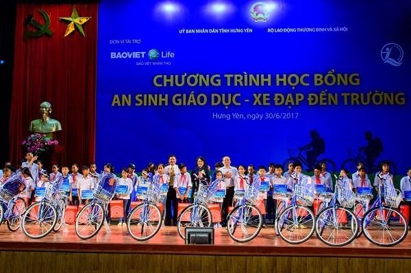 Entrega vicepresidenta vietnamita regalos a alumnos pobres hinh anh 1
