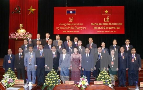 Vietnam concede altas distinciones del Estado a amigos laosianos hinh anh 1