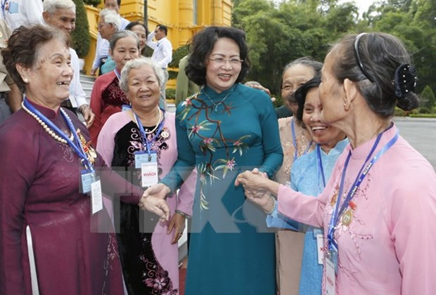 Vietnam presta atencion a la vida de personas con meritos revolucionarios hinh anh 1