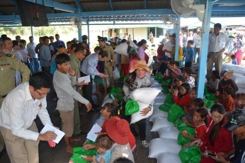 Entregan regalos a vietnamitas en condiciones dificiles en Camboya hinh anh 1
