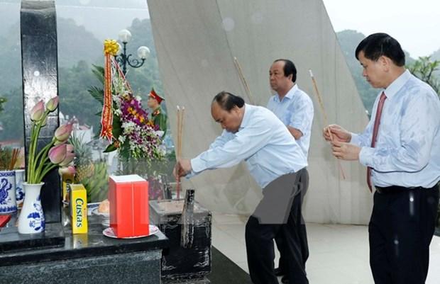 Premier vietnamita rinde homenaje a martires en provincia nortena hinh anh 1