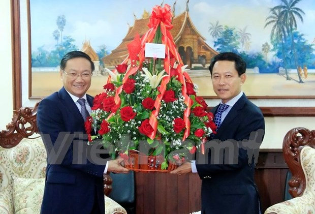 Dirigentes vietnamitas felicitan a Laos por aniversario de amistad binacional hinh anh 1
