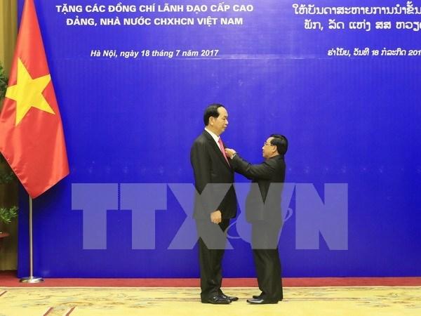 Laos condecora a altos dirigentes vietnamitas hinh anh 1