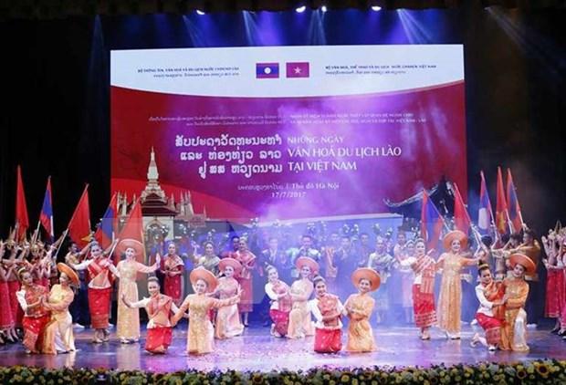 Delegacion artistica de Laos actua en provincia vietnamita de Thanh Hoa hinh anh 1