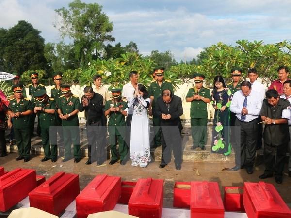 Repatrian restos de soldados voluntarios vietnamitas caidos en Camboya hinh anh 1