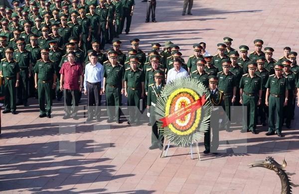 Ministro de Defensa de Vietnam rinde homenaje a martires nacionales hinh anh 1