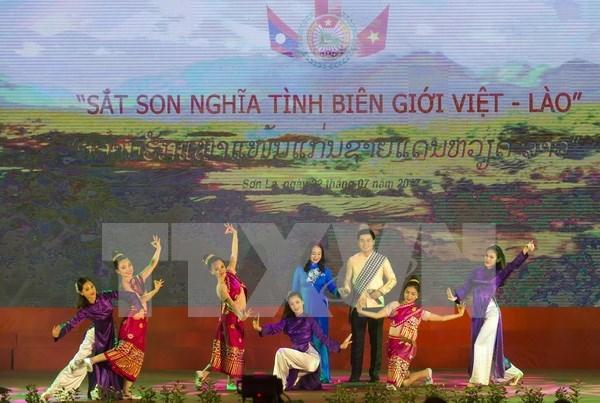 Efectuan programa de intercambio amistoso de defensa fronteriza Vietnam - Laos hinh anh 1