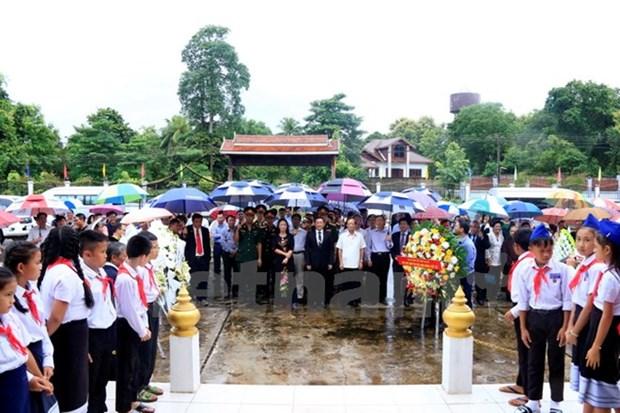 Vietnamitas en Laos rinden homenaje a heroes y martires hinh anh 1