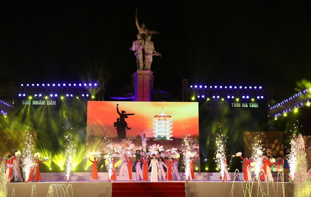 Premier vietnamita rinde tributo a voluntarias caidas en encrucijada de Dong Loc hinh anh 1