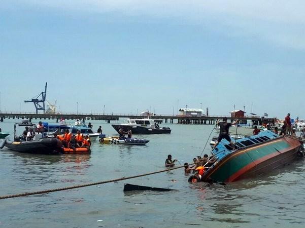 Mueren ocho personas al volcarse un barco en Indonesia hinh anh 1