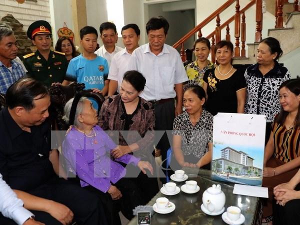 Presidenta del Parlamento de Vietnam honra a madres heroicas y martires hinh anh 1