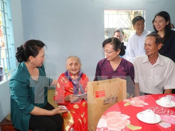 Lider parlamentaria entrega obsequios a familias beneficiarias de politicas sociales hinh anh 1