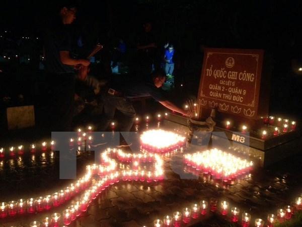 Vietnam honra a martires y heroes de guerra con ceremonias de encendido de velas hinh anh 1