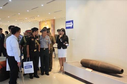 Agregados militares extranjeros visitan centro de remocion de explosivos de Vietnam hinh anh 1