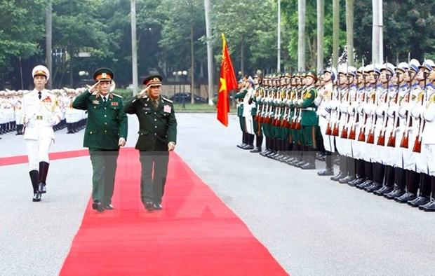 Visita a Vietnam de jefe militar laosiano busca fortalecer lazos de amistad hinh anh 1