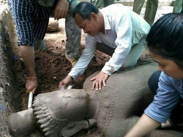 Camboya: Gran estatua antigua descubierta en complejo de Angkor hinh anh 1