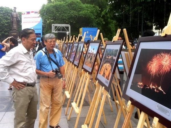 Exhiben en Hanoi fotos sobre paises y pueblos de ASEAN hinh anh 1