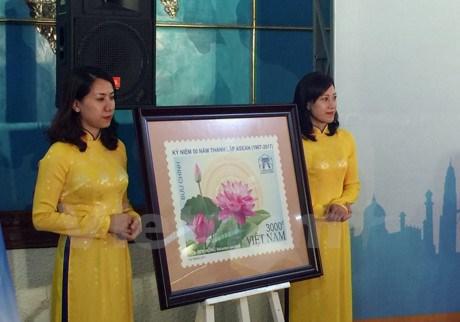Vietnam publica coleccion de estampillas de la Comunidad de la ASEAN hinh anh 1
