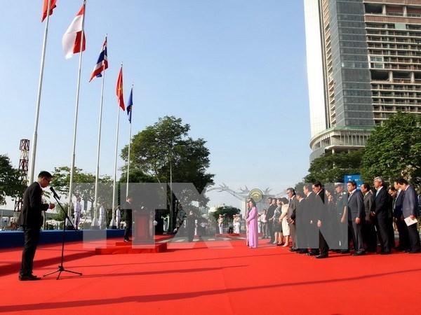 Ondea bandera de ASEAN en Ciudad Ho Chi Minh hinh anh 1