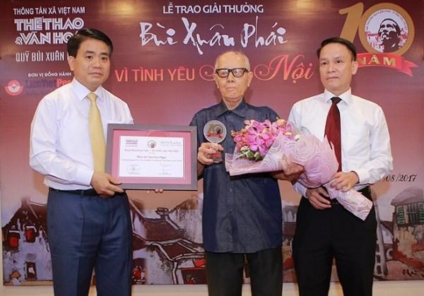 Culturalista Huu Ngoc honrado con el premio Bui Xuan Phai de la VNA hinh anh 1