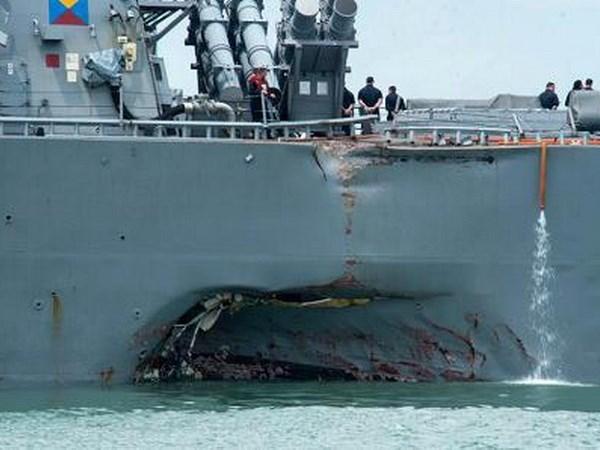 Destructor USS John S.McCain llega a base naval de Singapur tras colision hinh anh 1