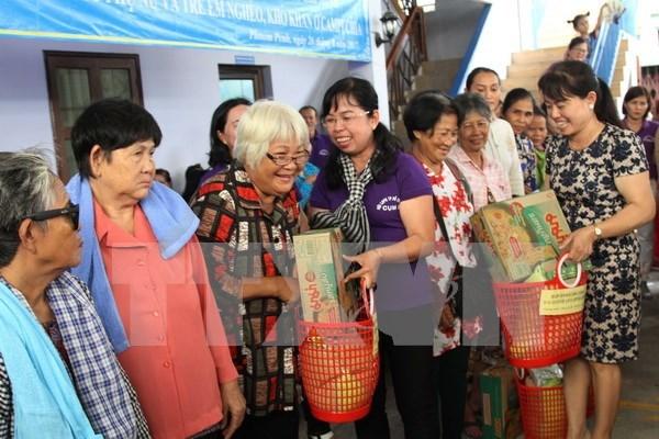 Union de Mujeres de Ciudad Ho Chi Minh ofrece asistencia a vietnamitas y camboyanos pobres hinh anh 1