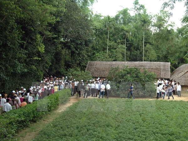 Vietnamitas rinden homenaje al Presidente Ho Chi Minh en ocasion del Dia Nacional hinh anh 1