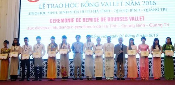 Entregan becas Odon Vallet a 193 alumnos en ciudad centrovietnamita Hue hinh anh 1