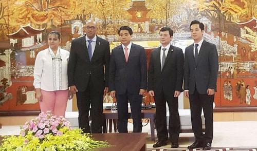 Dirigente de Hanoi recibe al embajador de Cuba en Vietnam hinh anh 1