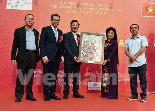 Efectuan exposicion de pinturas Vietnam-China en Beijing hinh anh 1
