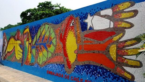 Chile incorpora una pintura al Mural Mosaico Ceramico de Hanoi en su Dia Nacional hinh anh 1