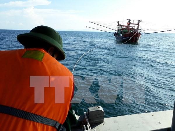 Llevan a tierra a pescadores vietnamitas de barco averiado en el mar hinh anh 1