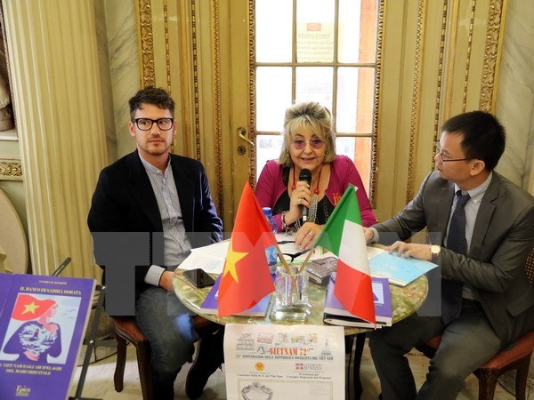Investigadora italiana presenta libro sobre soberania maritima de Vietnam hinh anh 1