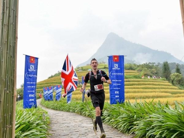 Maratonistas profesionales y aficionados compiten en carrera de montana en Vietnam hinh anh 1
