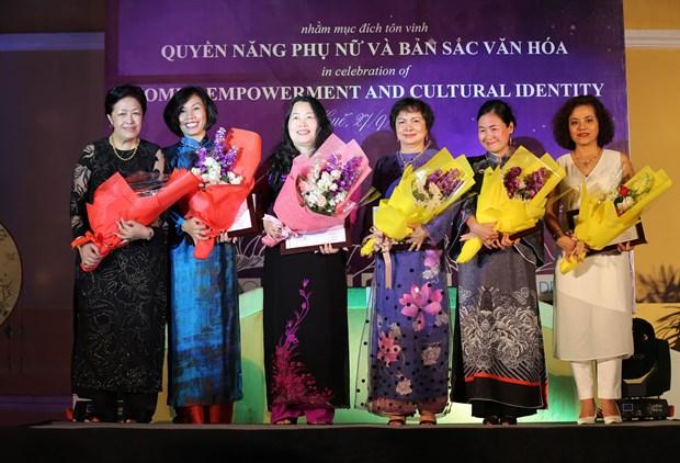 Celebran en Vietnam velada cultural del Foro sobre Mujer y Economia del APEC hinh anh 1