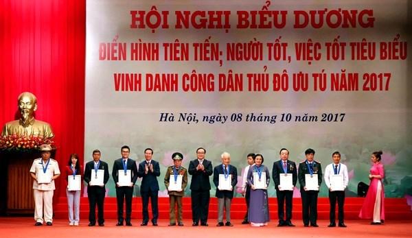 Honran a ciudadanos destacados de Hanoi en 2017 hinh anh 1