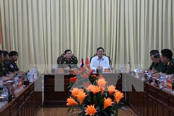 Localidad de Vietnam y unidad militar Camboya cooperan en materia de defensa y economia hinh anh 1