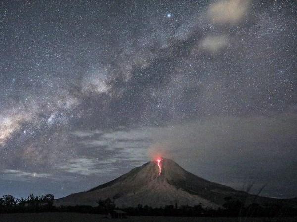 Volcan Sinabung entra en erupcion en Indonesia hinh anh 1