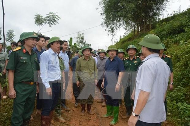 Dirigente del Gobierno dirige busqueda de victimas de deslizamiento de tierra en Hoa Binh hinh anh 1