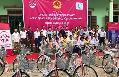 Obsequian bicicletas a estudiantes pobres en provincia vietnamita de Binh Thuan hinh anh 1