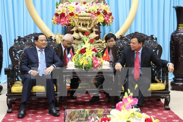 Vicepremier laosiano continua visita en Vietnam hinh anh 1